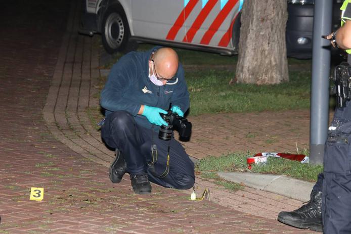 De recherche doet onderzoek in de Burgemeester Snellestraat in Kortgene.