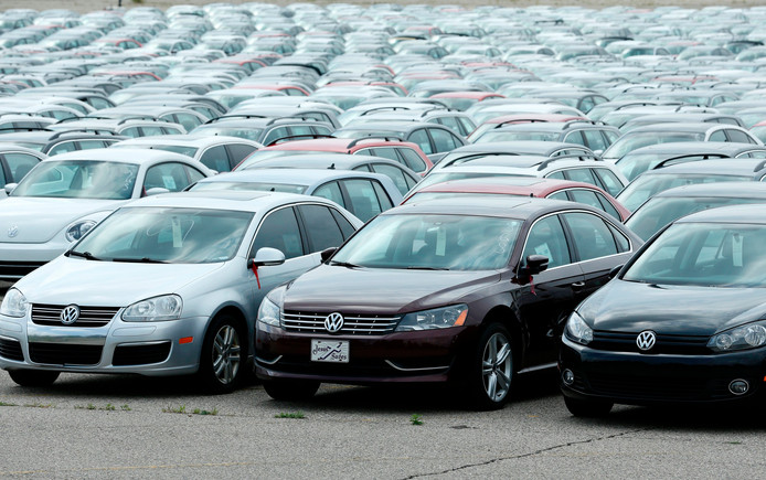 De auto's die Volkswagen van klanten terugkocht stonden lange tijd gestald op de parkeerplaatsen van het stadion Pontiac Silverdome, nabij Detroit. Maar inmiddels zijn de meeste verdwenen, blijkt uit satellietfoto's