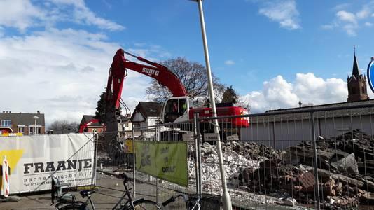 De firma Fraanje voert de sloopwerkzaamheden op het Tervoplein in Putte uit.
