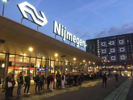 Lange wachtrij op station Nijmegen in eerste ochtendspits tijdens werkzaamheden
