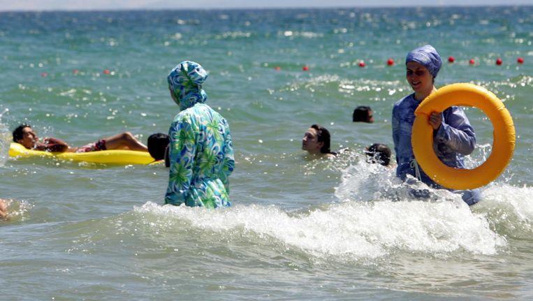 Vrouwen in islamitische zwemkledij in een Turkse badplaats. Beeld afp