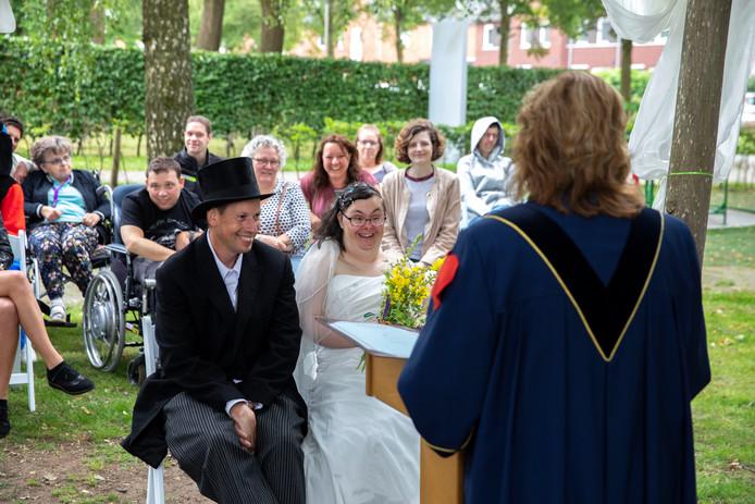 Marco van Grimbergen en Anita Brunselaar geven elkaar het ja-woord op de ORO Verwendag.