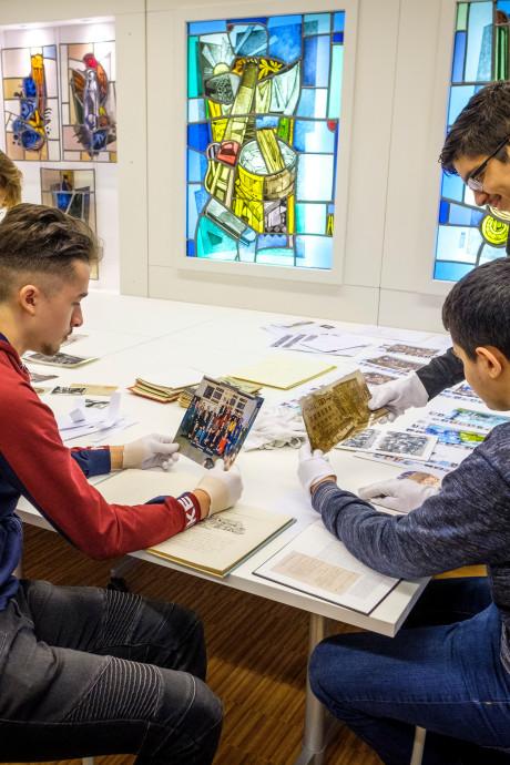 Leerlingen duiken archief in voor tentoonstelling over Lyceum Schravenlant