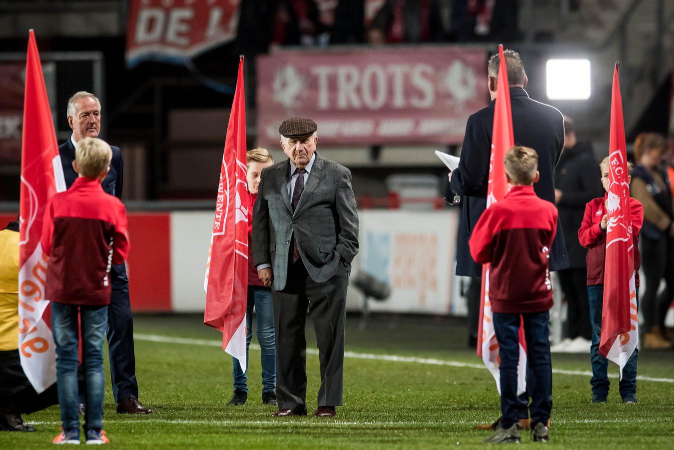 Kees Rijvers wordt uitgeroepen tot erelid van FC Twente, zaterdag in de Grolsch Veste.