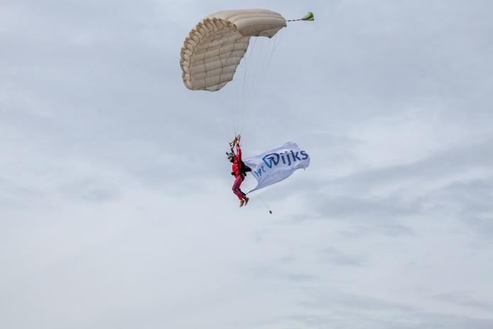 Een parachutist maakte de nieuwe naam Het Rijks bekend.