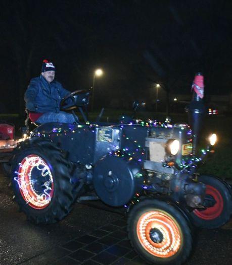 Bonte stoet oldtimertrekkers brengt kerstsfeer in Vechtdal en Twente: hart onder de riem in lockdown
