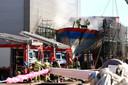 Brand in het ruim van een schip dat voor renovatie op de kade op Urk lag