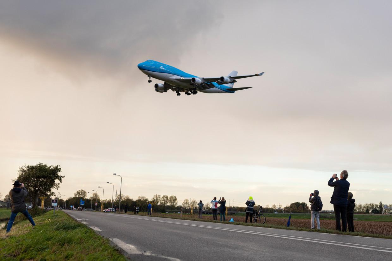 Spotters bij de Polderbaan voor de laatste landing van een KLM 747-400. Beeld Marc Driessen