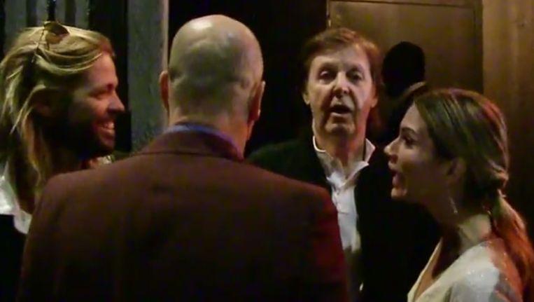 Links Foo Fighters-drummer Taylor Hawkins, Paul McCartney in het midden en rechts Beck Beeld Screenshot