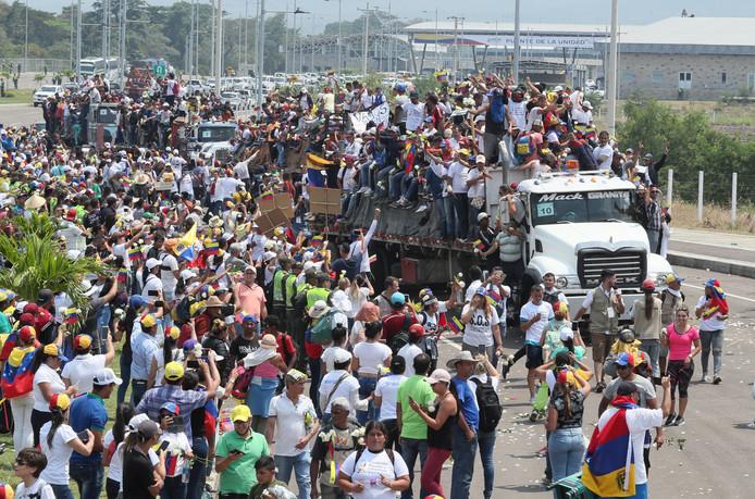 Honderden Venezolanen willen helpen de hulpgoederen het land in te krijgen.