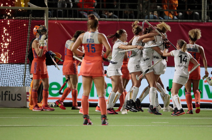 De Nederlandse dames kijken toe hoe de tegenstander feestviert.