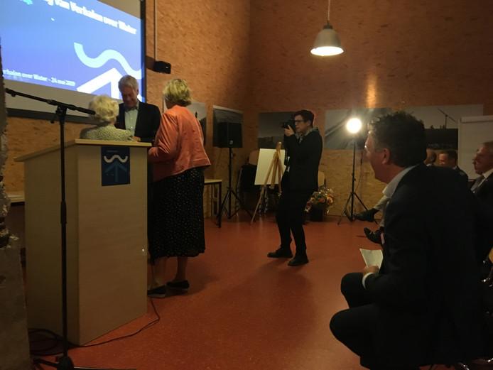 Wim Kuijken tussen Karla Peijs en Letty Demmers (namens Stichting De Blauwe Lijn) in. Rechts kijkt Siemco Louwerse, directeur Watersnoodmuseum, toe.