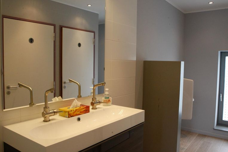 Het jeugdhuis beschikt over alle luxe: een jaccuzzi in de tuin, volledig nieuwe en uitgeruste toiletten en een moderne, comfortabele lounge.