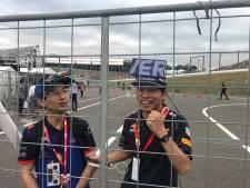 Kleurrijke Japanse racefans: lichtbalk op hoofd met uitslag training