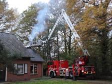 Brandweer met groot materiaal ter plaatse na flinke schoorsteenbrand in Markelo