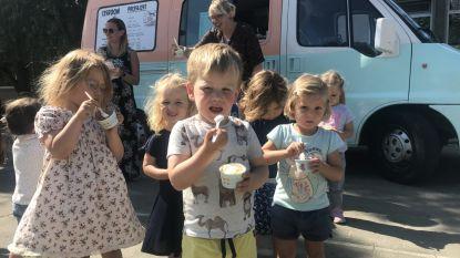EERSTE SCHOOLDAG: leerlingen van De Bron worden op ijsjes getrakteerd