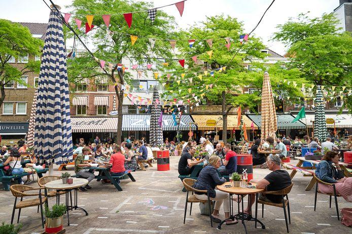Archiefbeeld ter illustratie: Den Haag, 1 juni. De Grote Markt in Den Haag. Op tweede Pinksterdag mochten de cafés en terrassen weer open.