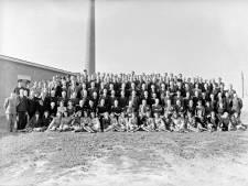 Groepsportret bij schoorsteen bij de Tilburgse fabriek 'Pessers' in 1947.  Wie herkent iemand?