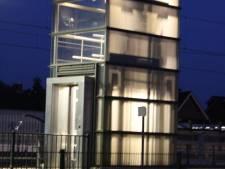 Snikhete lift op station Rijssen defect: jongeren zitten tijdelijk vast