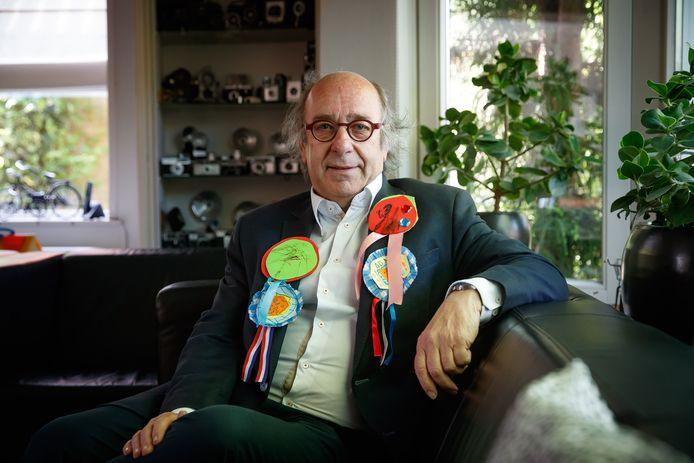 Henk Hendrikx kreeg tijdens de lintjesregen van burgemeester Jac Klijs te horen dat hij koninklijk wordt onderscheiden. De officiële versierselen volgen later, maar van het jonge kroost uit de familie heeft hij al de nodige medailles ontvangen.