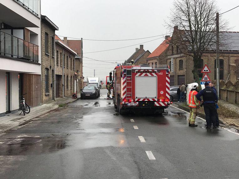 De brandweer in de Vladslostraat in Esen, waar een veranda uitbrandde.