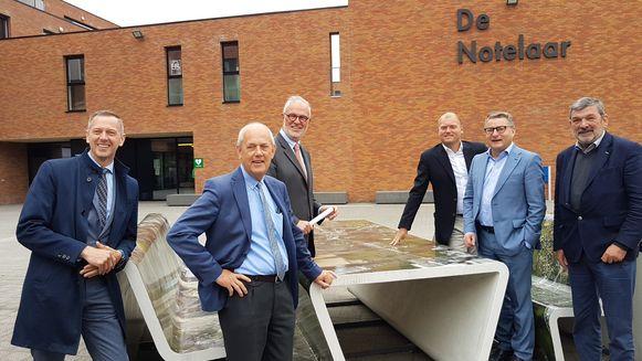 Vertegenwoordigers van de bouwsector samen met minister Koen Van den Heuvel en burgemeester Harry Hendrickx.