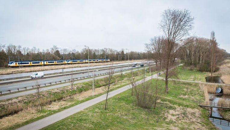 De N200 gezien vanaf het viaduct met de A5 richting Amsterdam. Beeld Dingena Mol