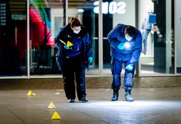 Forensisch onderzoek in de Grote Marktstraat in Den Haag na de steekpartij.