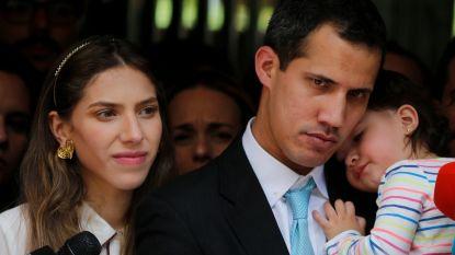 Interim-president Venezuela beschuldigt regime van intimidatie, Verenigde Staten waarschuwen voor gevolgen als politie vrouw en kind oppositieleider niet met rust laten