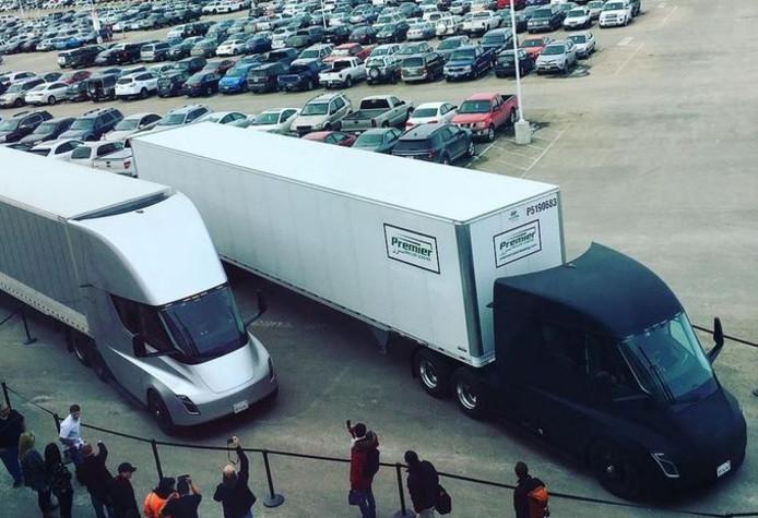 De elektrische truck van Tesla bij aankomst in Californië