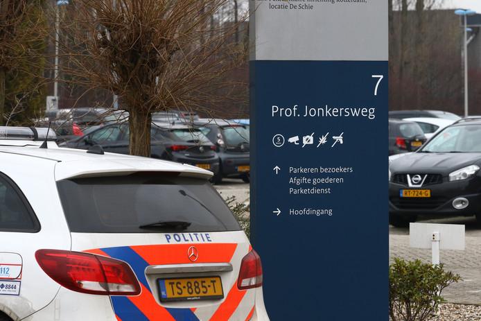 De ontsnapte gevangene uit De Schie, die nog een jaar cel moet uitzitten en volgens een bron rond het onderzoek uit Utrecht komt, maakte handig gebruik van de gelegenheid.
