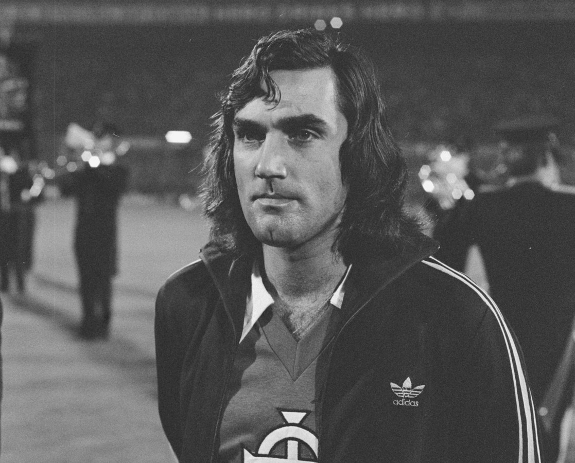 George Best voor de interland in de Kuip in 1976.