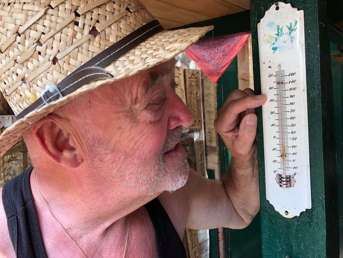 Ton van Lieshout kijkt naar zijn thermometer in Warnveld. Het warmterecord houdt nog altijd stand.