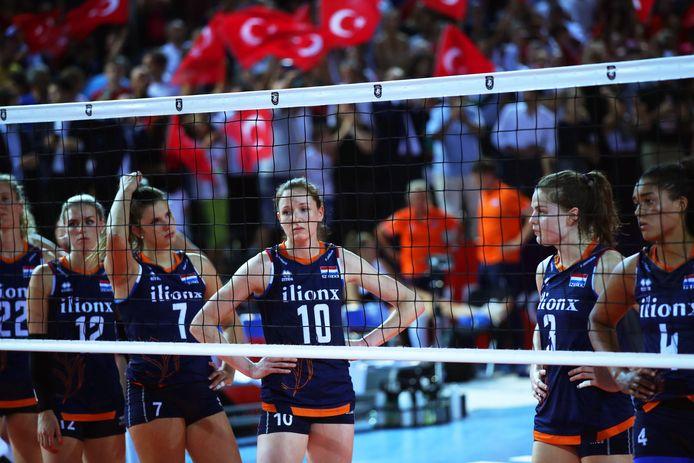Verslagenheid bij de speelsters van Oranje na de nederlaag tegen Turkije.