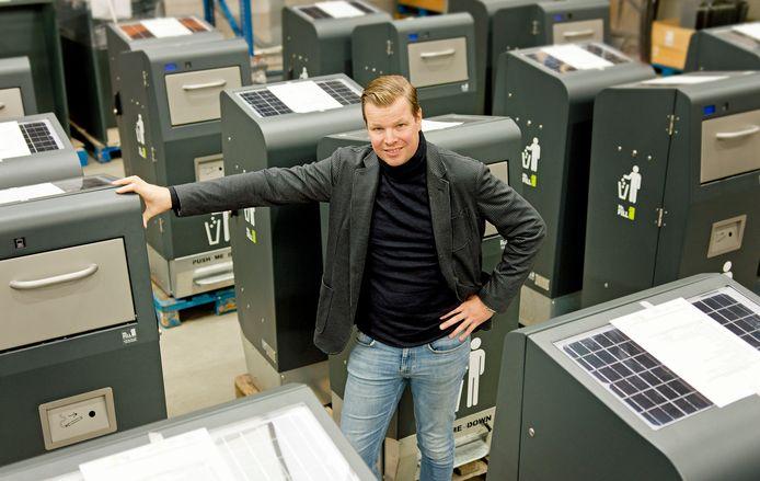 Theo Kik tussen een partij slimme afvalbakken die bestemd zijn voor de Duitse stad Hamburg.