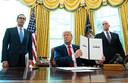 De Amerikaanse president Donald Trump heeft zojuist een document met nieuwe sancties tegen Iran ondertekend.