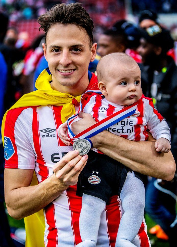 Santiago Arias met zijn zoon Thiago, poserend met de kampioensmedaille in 2018.