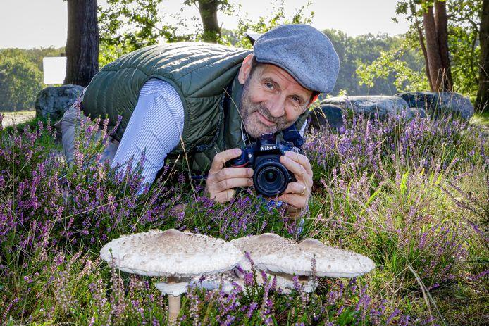 Natuurfotograaf Bart Siebelink op de Hilversumse heide bezig om een serie paddenstoelen te fotograferen.