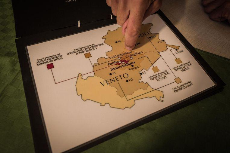Luca Ferraro laat zien in welke gebieden prosecco gemaakt wordt. Beeld Nicola Zolin