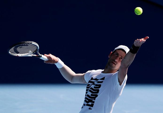 Novak Djokovic tijdens de training in Melbourne.