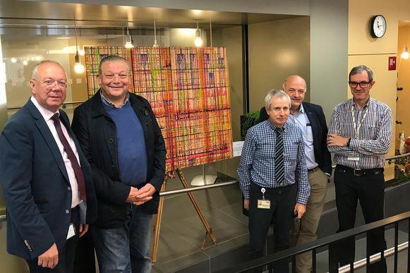 V.l.n.r.: Richard Neirynck, algemeen directeur van het ziekenhuis, kunstenaar Beritos, technisch verantwoordelijke Hugo Vandamme, IT-verantwoordelijke Bart Vanden Driessche en Noël Cierkens, adjunct-directeur.