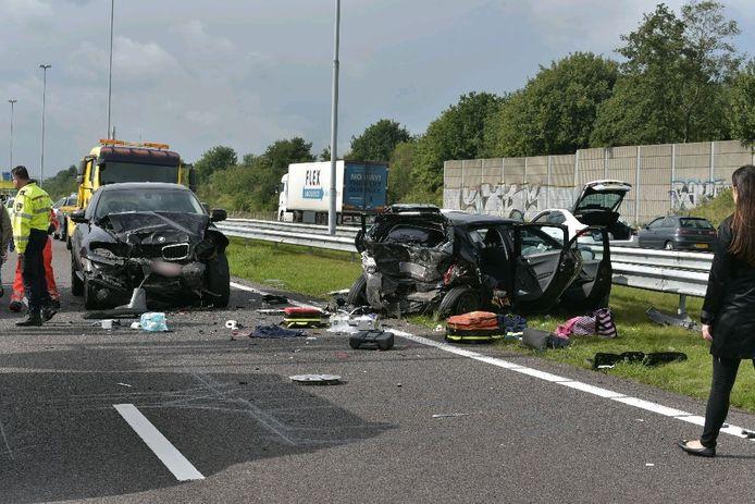 Twee auto's bij het ongeval betrokken auto's zijn zwaar beschadigd.