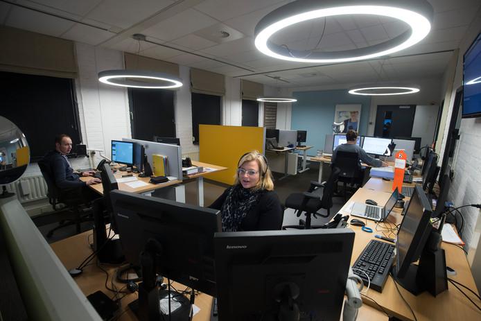 Martine Navis aan het werk in het Medisch Service Centrum. Per uur komen tientallen alarmeringen en berichten binnen.
