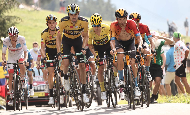 Tadej Pogacar (geheel links in het wit) in het wiel van de renners van Jumbo-Visma, met in het midden Primoz Roglic.