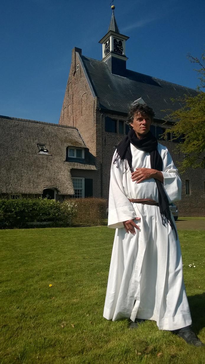 Mink de Vries voor de hervormde kerk van Windesheim, die is gevestigd in de vroegere brouwerij van het klooster van de Broeders van het Gemene Leven.