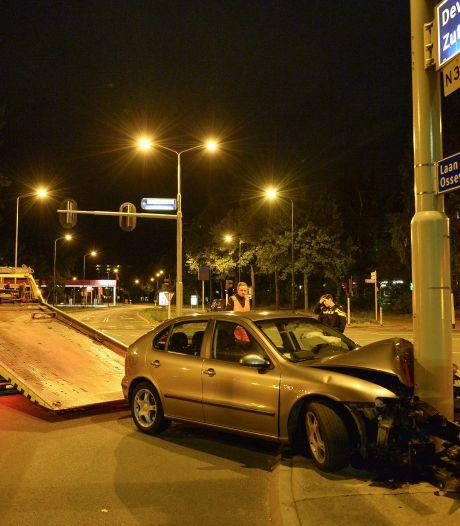 Automobilist ramt paal op kruising in Apeldoorn