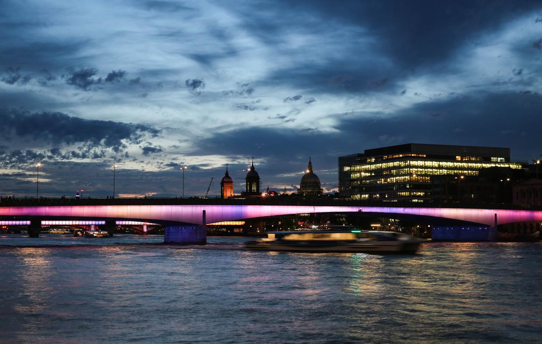 Verlichte bruggen in Londen, ontworpen door de Amerikaanse beeldend kunstenaar Leo Villareal. Beeld Matthew Anderson