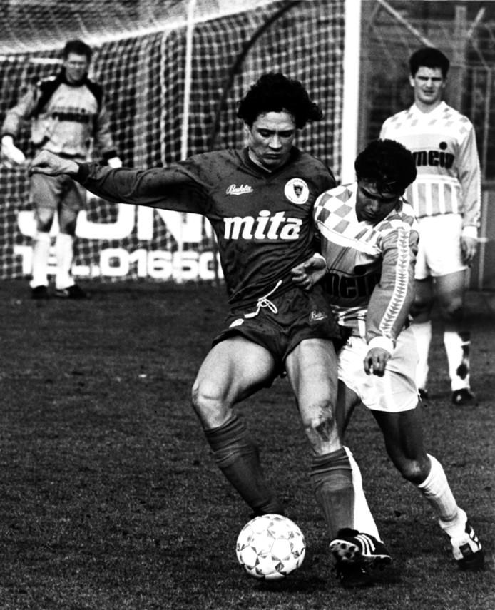 Cemal Yilmaz vecht namens RBC een duel uit met een speler van Haarlem, terwijl John van Gastel toekijkt en Christol van Campenhout de goal bewaakt. RBC verloor het treffen op De Luiten op die dag in het vroege voorjaar van 1991 met 2-3.