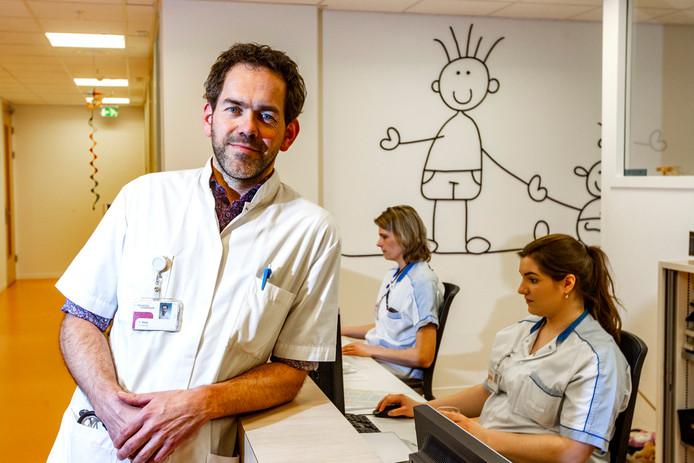 Ted Klok, kinderarts-allergoloog van het Deventer Ziekenhuis. Het Deventer Ziekenhuis begint een nieuwe studie naar voedselallergie bij jonge kinderen (0-2 jaar). Er wordt gehoopt op een doorbraak, middels een orale immunotherapie die kinderen voorgoed moet genezen van de klachten.