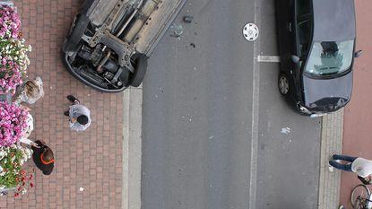 Bestuurder valt in slaap, ramt auto en slaat over de kop